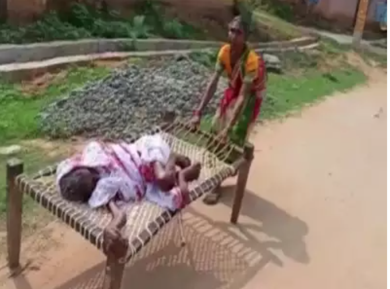Woman Dragged Her Bedridden Mother to Withdraw PENSION