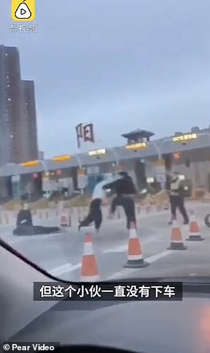 Driver, Friend Both Knocked Out in a Highway Brawl as Rival Motorist is a Boxing Coach